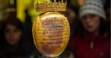 Golden Case Containing Heart Of Queen Of France Stolen From Museum